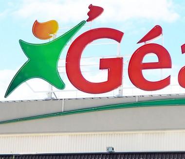 Le Groupe Bernard Hayot est présent dans le secteur de la distribution à dominante alimentaire à travers les enseignes Géant, Casino, Leader Price ou encore Vival.