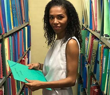 Emeline Boivin, chef du service RCS, au milieu de documents qui seront bientôt dématérialisés.