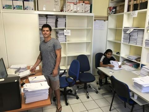 Deux des cinq jeunes embauchés pour la numérisation des archives.